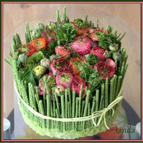 een bloementaart met ranonkels en groen