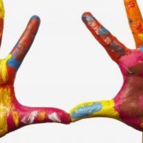 met verf beschilderde handen