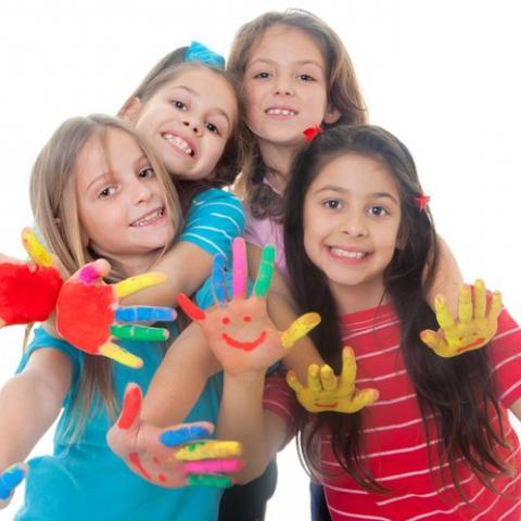 vier meisjes met beschilderde handen