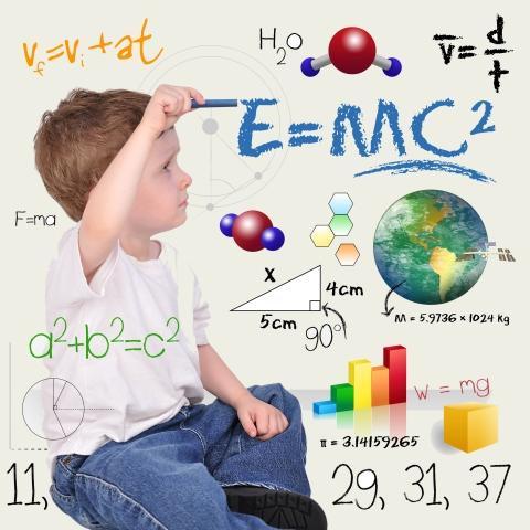 jongen die wiskundige formules aan het opstellen is