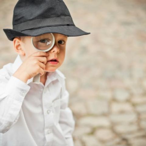 jongen in detective-outfit