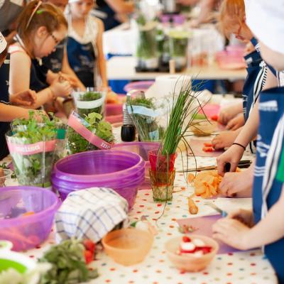 Kinderen bereiden samen eten aan een tafel